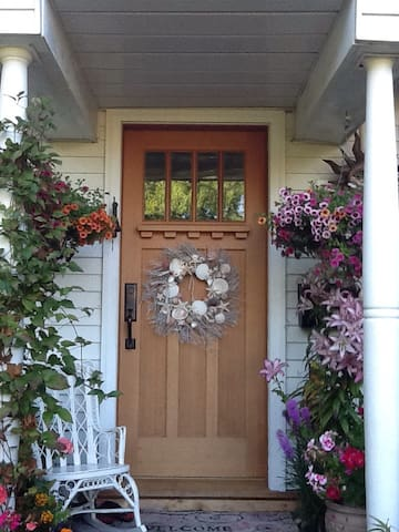 Lovely Garden Cottage Cabins For Rent In Victoria