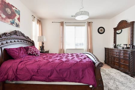 Lovely Prime RoomWalk to BART, Shopping & Dining.