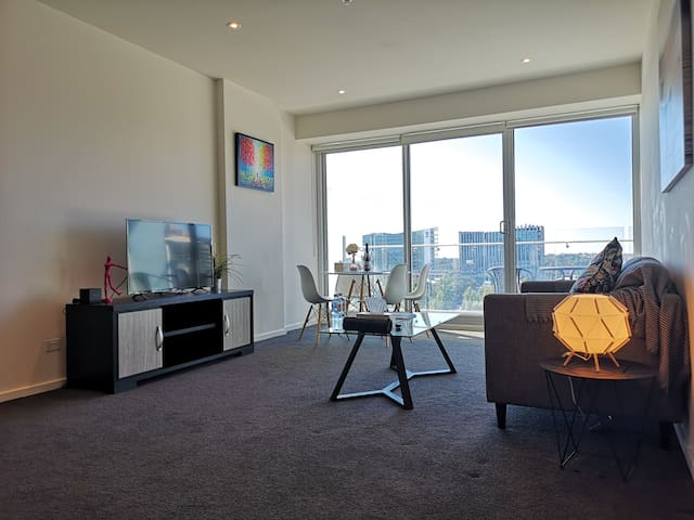 CBD High Level 1-bedroom Apartment Square View #2