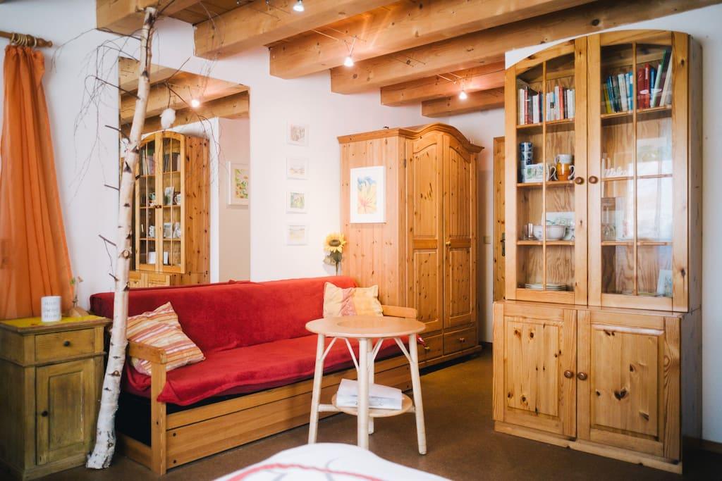 Sitzecke, grosser Schrank für Kleider und Gepäck.  (E) Lounge and a big closet.