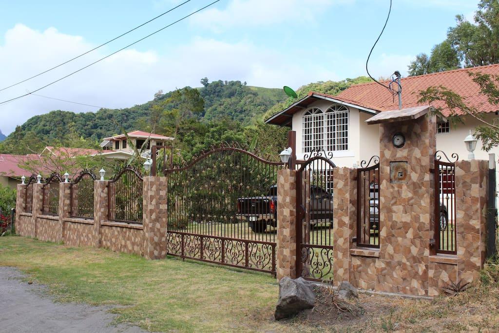 Casa fields mountain home volcan baru chalet in for Kit da baita di 5 camere da letto