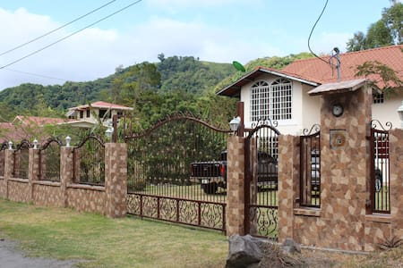 Casa Fields Mountain Home- Price include 4 Guests