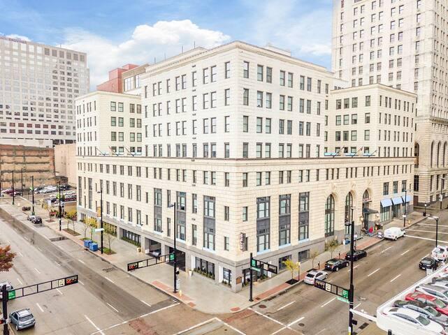 WOW! Modern 1 Bedroom apt in Downtown Cincinnati!