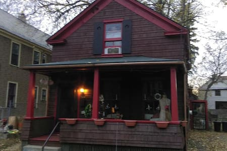 Cozy City Cottage 2 miles to the new Rivers Casino - Schenectady