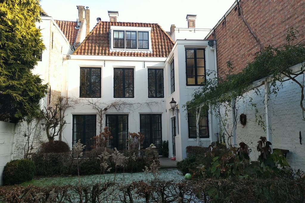 The two Windows on the left side are the second room 'achterkamer' on the right side you'll find the breakfast chambre 'ontbijtkamer'
