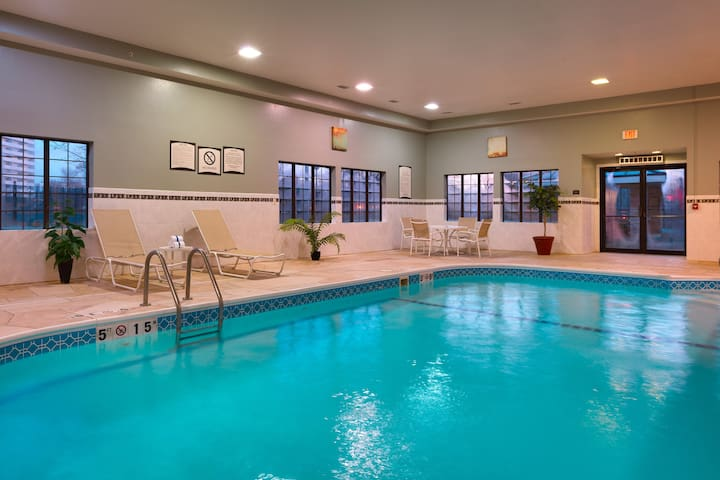 King Suite. Free Breakfast. Pool & Hot Tub. Great for Business Travelers!