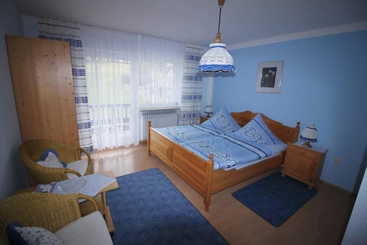 Gästehaus Schreiner (Sankt Oswald), Doppelzimmer 1 mit Ausblick auf die Landschaft und kostenfreiem WLAN