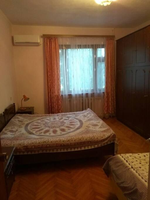 Комната с двуспальной кроватью и одним дополнительным местом
