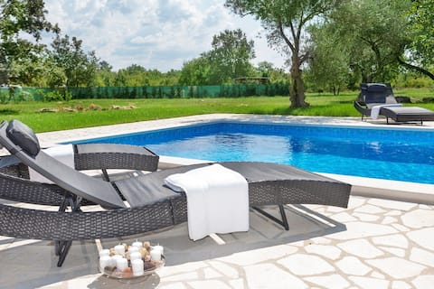 ***Apartment with private pool and spacious garden