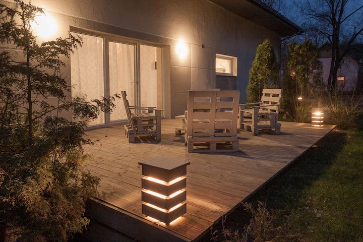 Дом с уютной террасой и видом на сосны