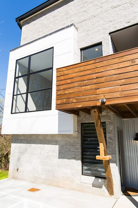 Great modern space -walkable food/bars/music - about 10 min to Downtown!