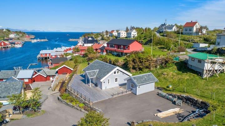 Stor moderne hytte på Sørvågen, mellom Reine og Å.
