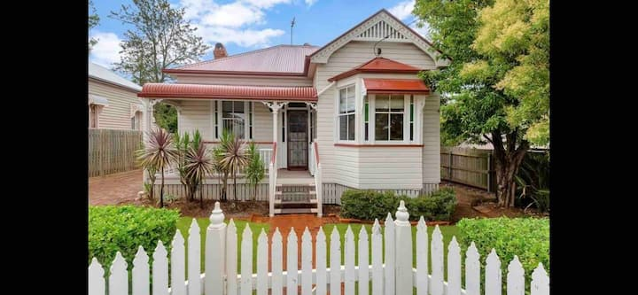 """Renwick Cottage"" Perfect CBD location WIFI & Pets"