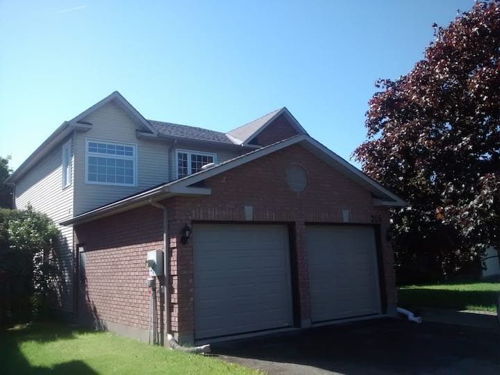 Full Private Kanata Home close to shop and buses