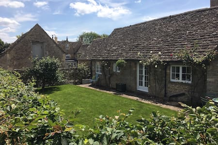 Pretty Gloucestershire 2 bedroom cottage