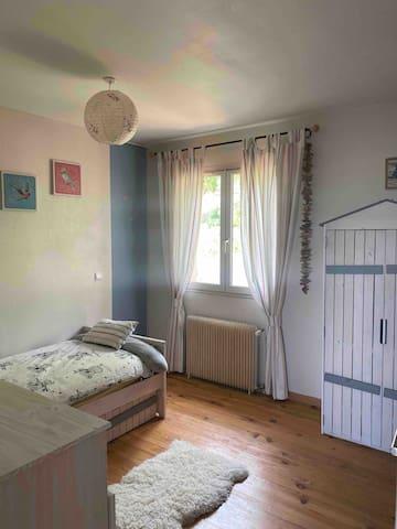 Chambre enfant avec lit 1 place .