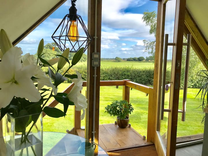 THE VIEW, COUNTRYSIDE STUDIO + TUB BATH, CHESHIRE