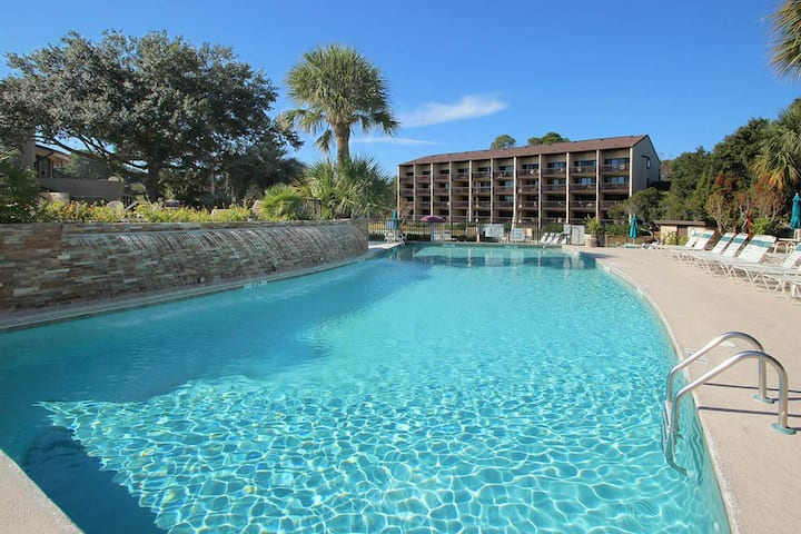 Cozy oceanfront villa, tennis courts, hot tub, shared pool and ocean view!