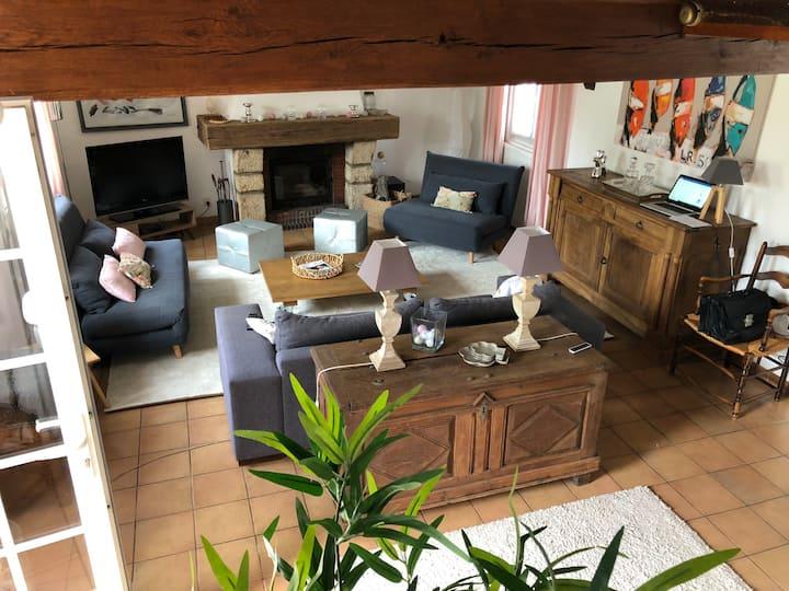 Jolie maison dans un cadre agréable et reposant.