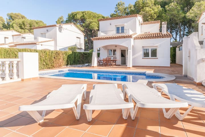 Pretty Holiday Home in L'Escala with Swimming Pool