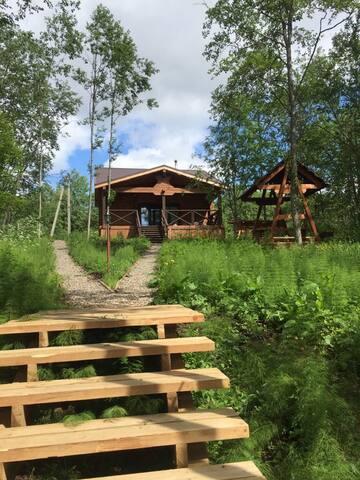 Новый деревянный дом у озера с баней и камином