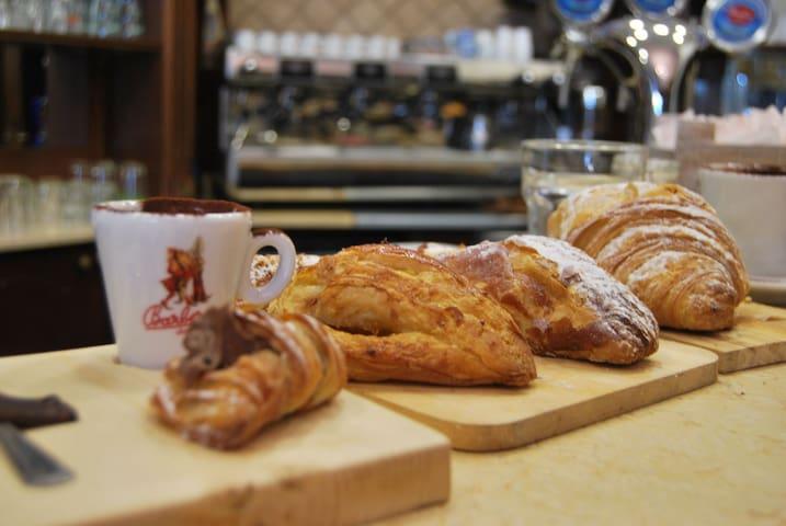 colazione con biscotti anche senza glutine al bar La Caffetteria sottostante l'affittacamere La Casa Reggina