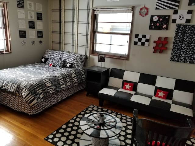 Rooms 4 rent in cool Indy 500 home