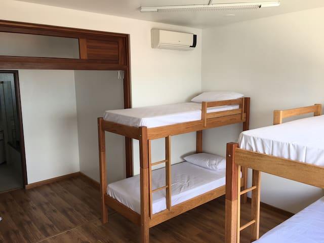 Cama em quarto compartilhado feminino em Hostel