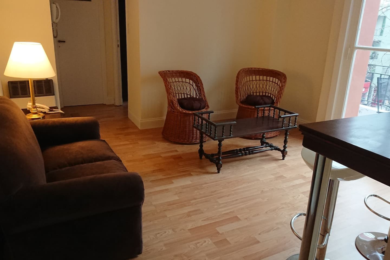 Estar con sillones y mesas de apoyo