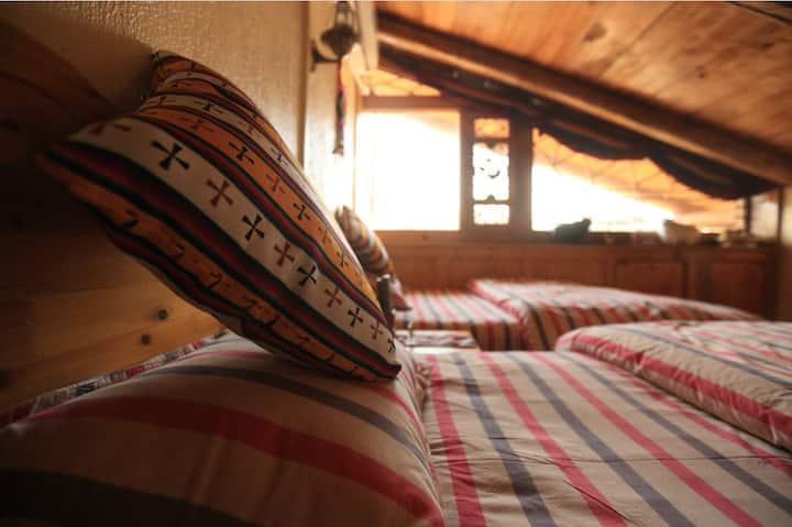 香格里拉康巴秘境藏家精品客栈(藏家观景标准双人房) 最多住两人的一个房间价。总共3间,每间488元。