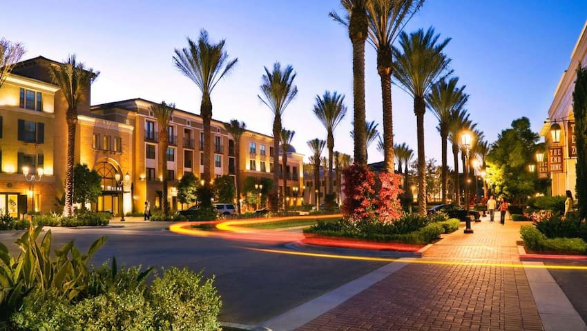 Irvine- LG 2BR/2.5BA townhouse, luxury amenities!!