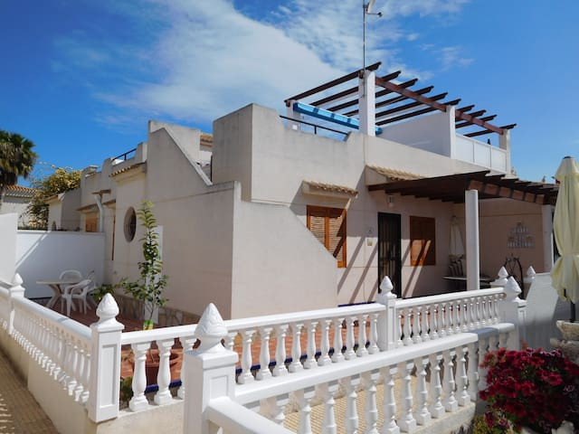 Beautiful corner house with private roof - Orihuela - Huis