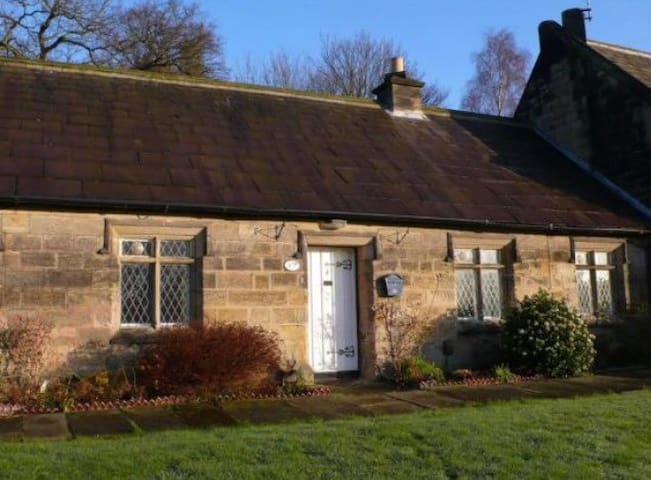 2 Bedroom Cottage near lake & park