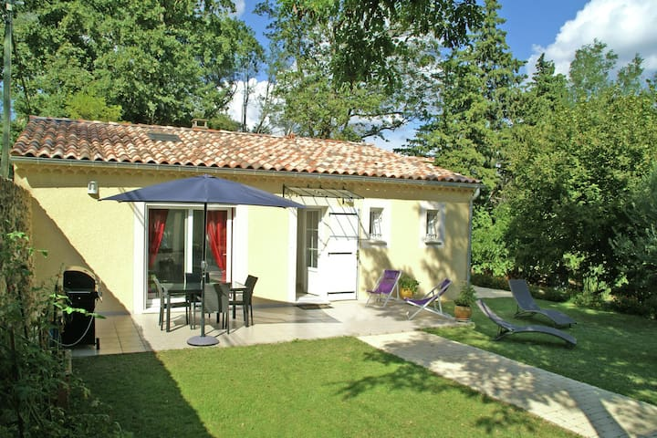 Recently built villa with shared swimming pool near the village of Piolenc