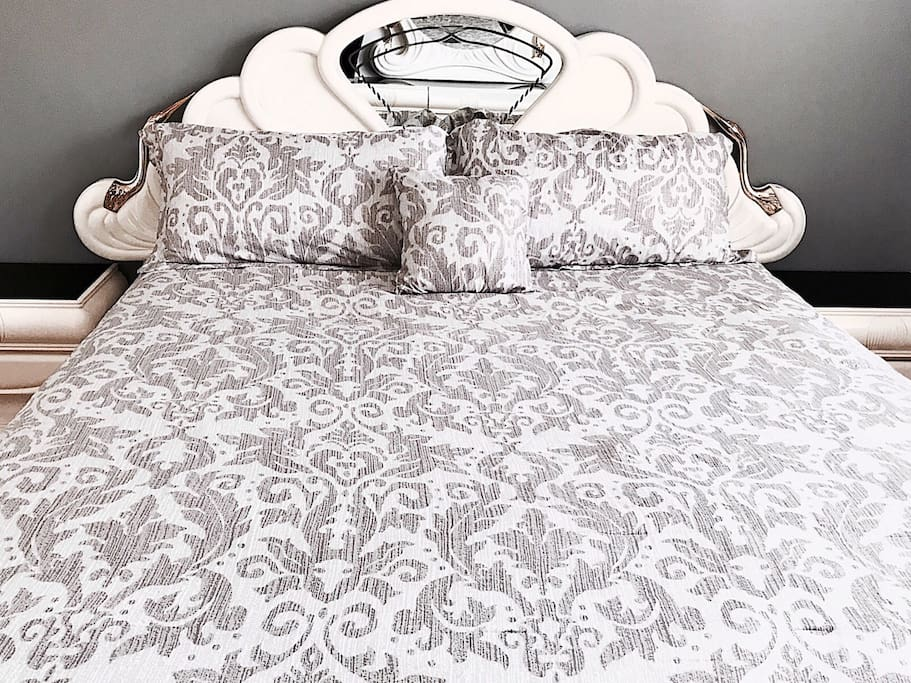 King Size Bed & Fresh Linens