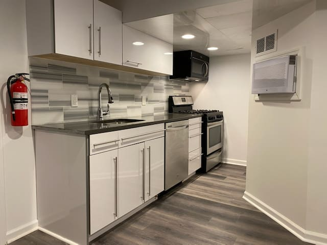 BROOKLYN NYC - BEST LOCATION NEW 1 BDM APT SLP 2-4