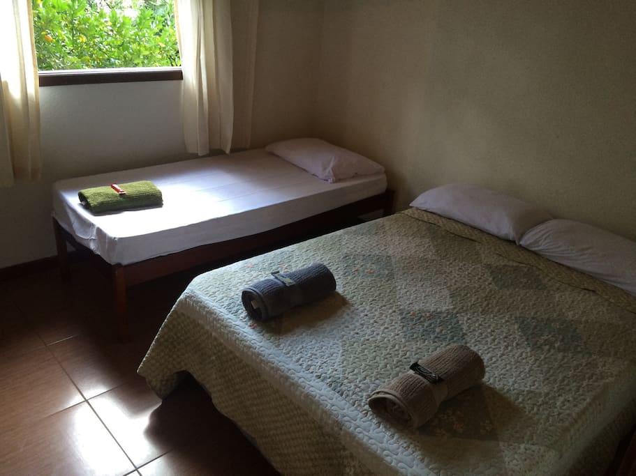 Quarto 02: Cama de casal + cama de solteiro
