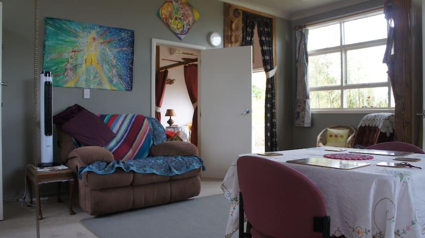 Quaint, comfy, Art-retro guesthouse and/or caravan