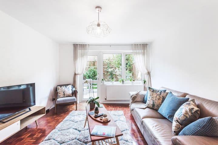Walk to Granary Square from a Bright, Split-Level Home