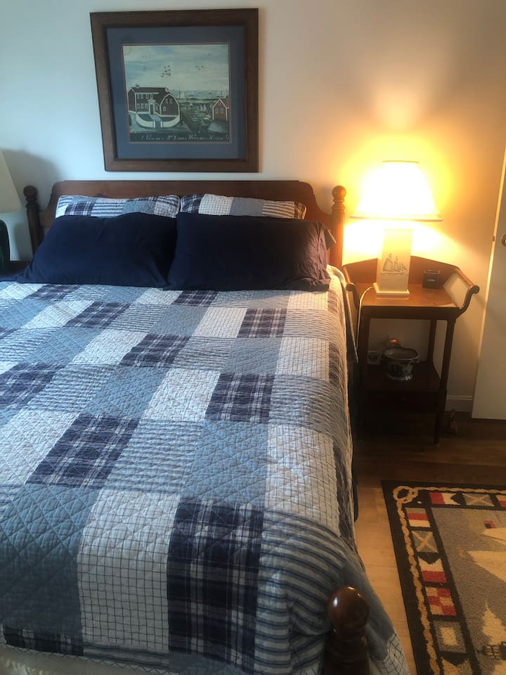 Private Bedroom with Queen size comfy bed with clean beddings