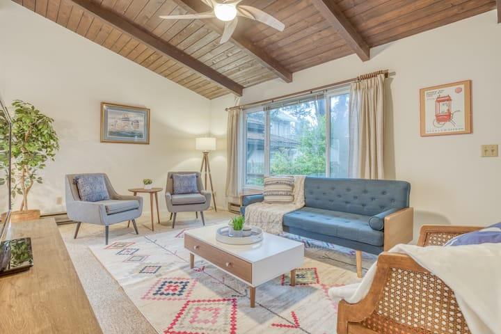 Welcoming Manzanita Cottage is Three Blocks to Beach or Town!