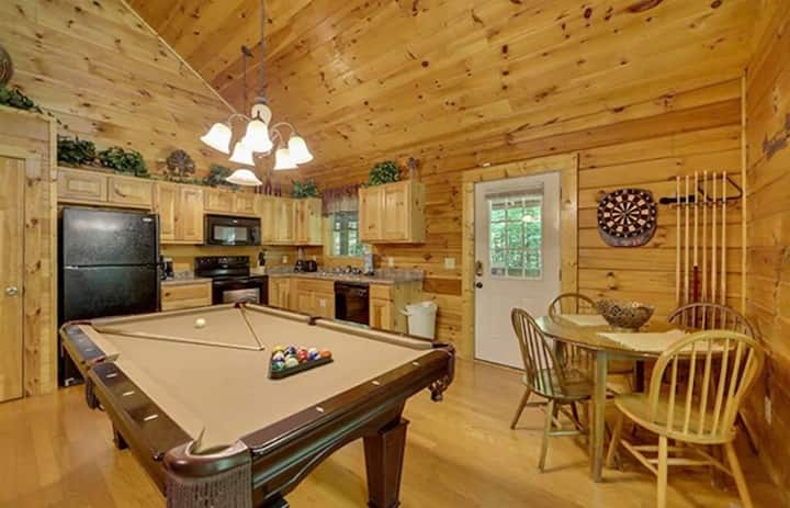 Creekside Paradise Found! One-Bedroom Mountain Cabin in Pigeon Forge
