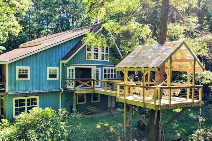 Treehouse Chalet with Hot Tub & Creek & Skiing!