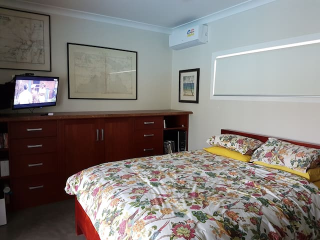 Light-filled, queen, TV, aircon, ensuite. Perfect for a single guest for a longer stay.