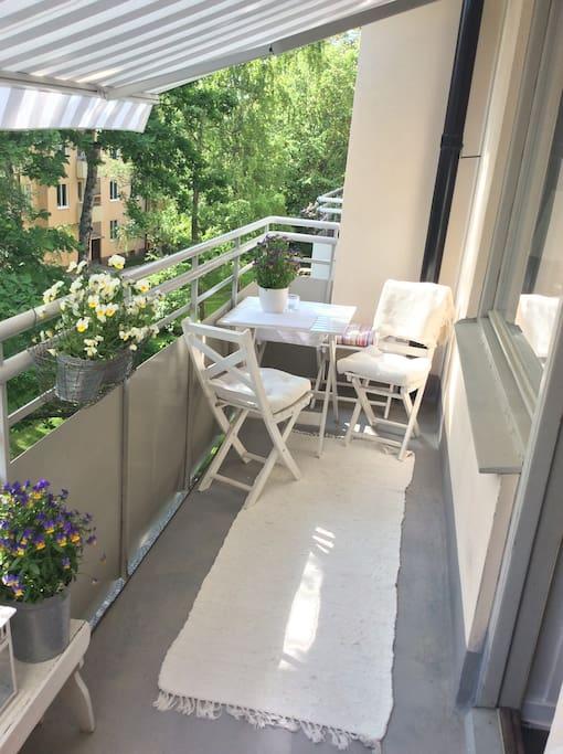 6 meter balkong, med markis och med plats för fyra gäster