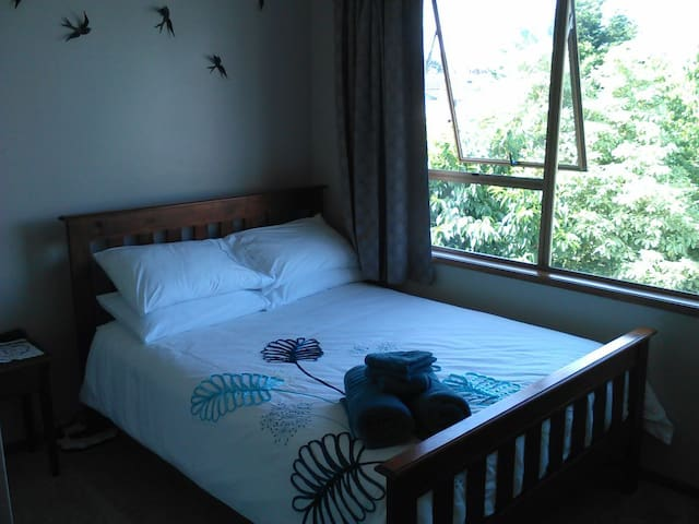 Comfortable, cosy room. 10 minutes to town