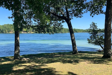 Harper Lake Hideaway! 2 Bed Lakefront Cottage!