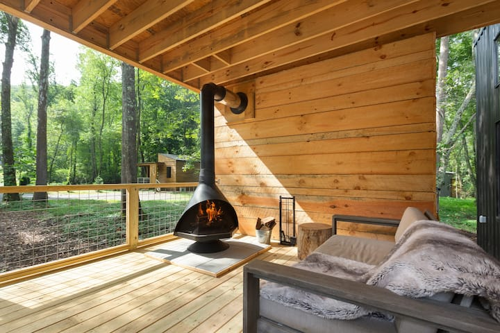 Brand new Scandi cabin, hot tub, fireplace, hiking