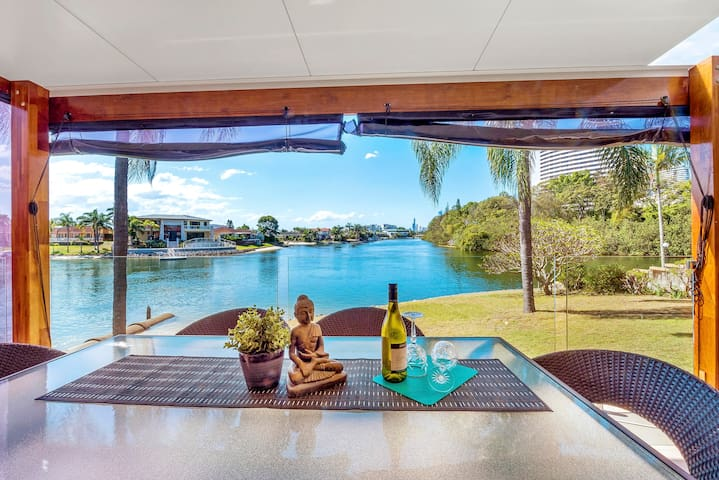 GREAT WATERFRONT, CLOSE TO CONVENTION CENTRE - Broadbeach Waters - Villa