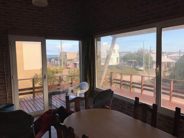 Casa para 9 con amplio deck a 150 metros del mar